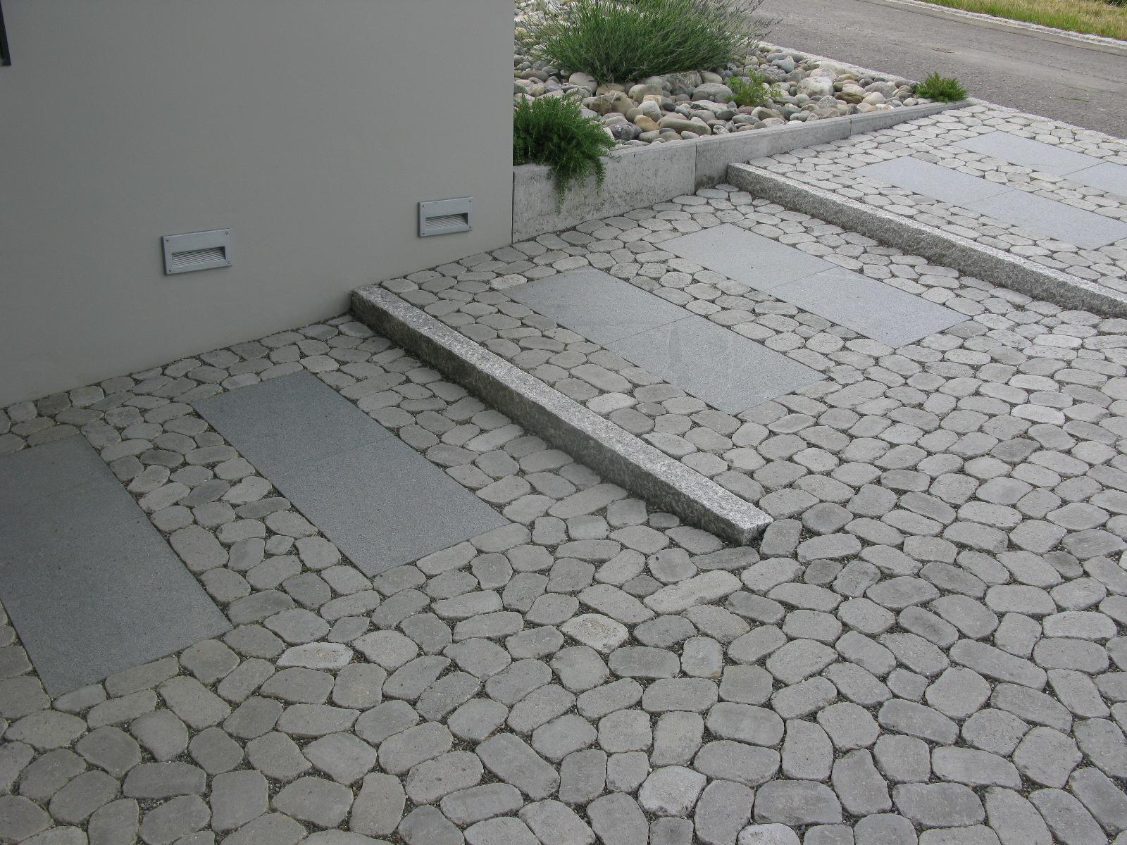 Rampentreppe mit Arena-Pflaster und Granitplatten