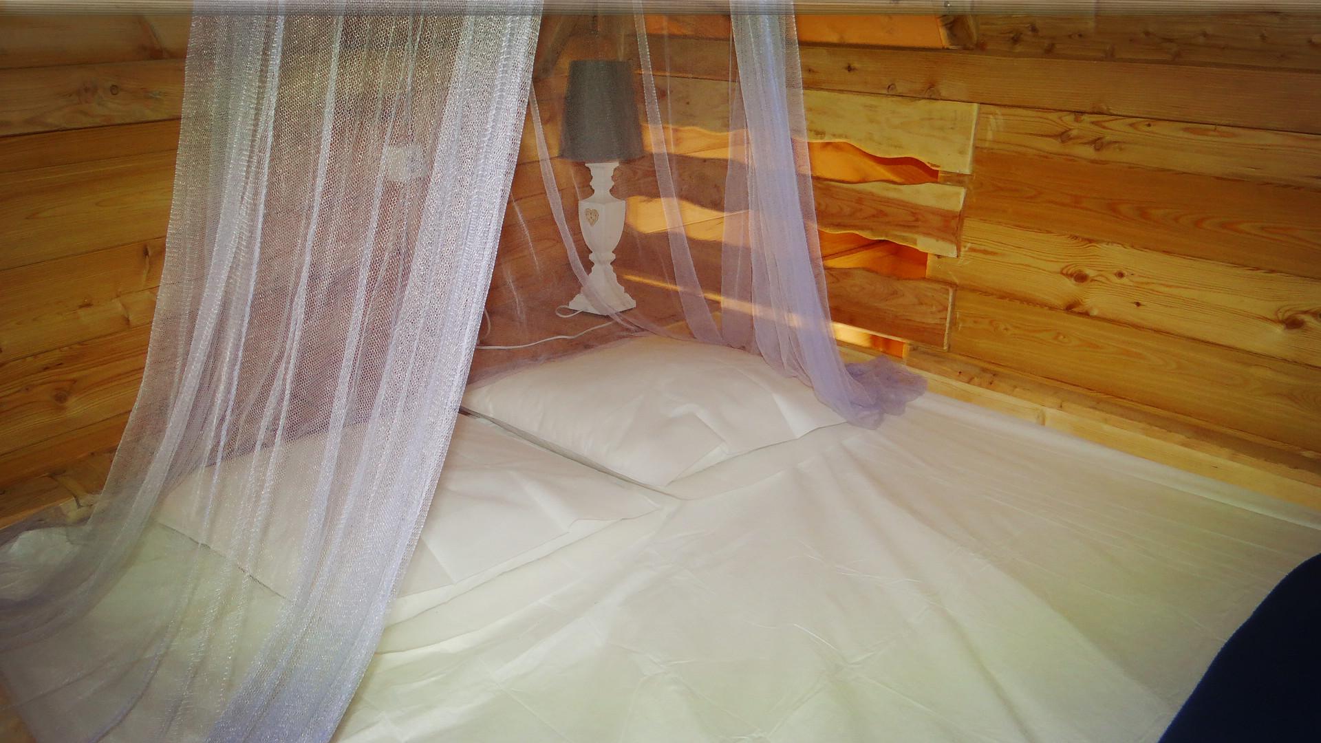 Lit romantique dans la cabane dans les arbres en Baie de Somme