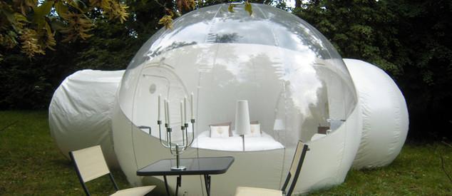 repas dans une bulle dans les arbres photo non contractuelle