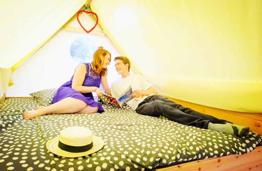 Profiter votre séjour romantique dans la tente perchée couple