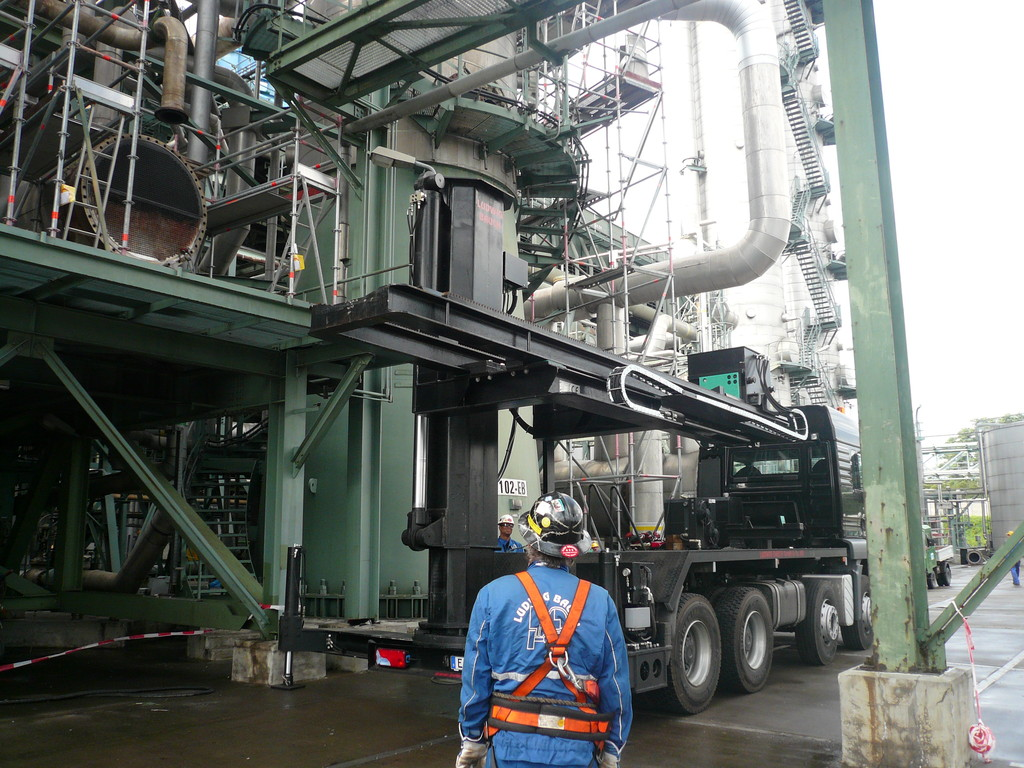 Extrator de feixes tubulares montado em caminhão