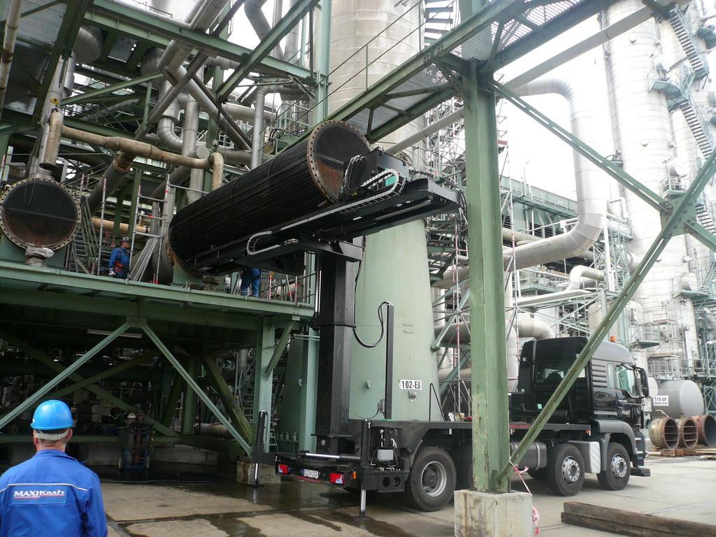 Extractor de haces montado sobre camión: Rotación y retracción de la dirección de extracción cargada