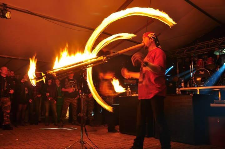 dann spielt Kay für sie Poi und Didgeridoo, ...brennend!