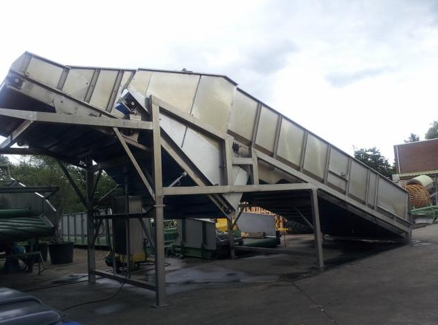 Kamyonun bunkere boşalttığı yeşil fasulye bunkerden fabrikaya giriş yapıyor.