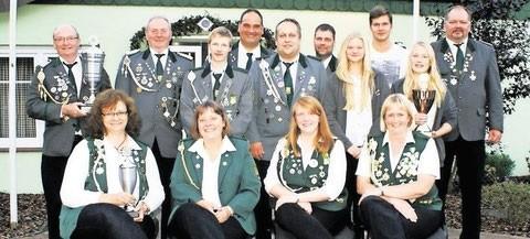 Die siegreichen Mannschaften: Damen SV Zollbaum; Herren SV Nordahn; Jugend SV Nordahn mit dem Stellvertretenden Präsidenten vom SV Grift Jens Schütt