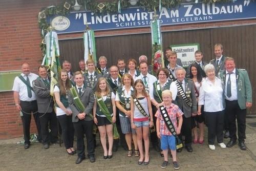 Nach der Proklamation stellte Vorsitzender  Brandt (h. r.) die neuen Majestäten vor. Foto: Jäger