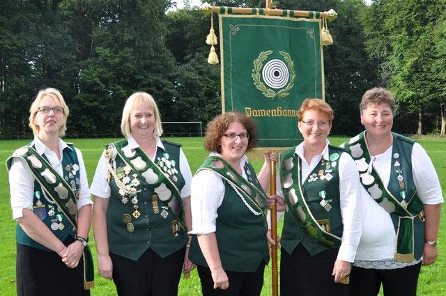 Die Damen vom Schützenverein Zollbaum-Wingst freuen sich über den Gewinn des Kreisbanners. Foto: Jäger