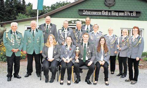 Die Sieger und Geehrten des diesjährigen Balksee-Pokalwettkampfes freuen sich nach einem spannenden schießsportlichen Wettkampf. Foto: Jäger