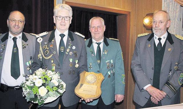 Kreisschützenmeister Otto Heinsohn (r.) und sein Stellvertreter Stefan Thiele (2.v.r.) zeichneten Gerd Brokelmann (2.v.l.) aus, der 30 Jahre lang Geschäftsführer des Schützenverbands Altkreis NeuhausOste gewesen ist. Sein Amtsnachfolger wurde Wilfried Rön