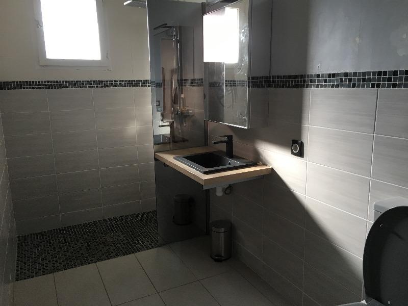 accès  douche  italienne à côté du  lavabo