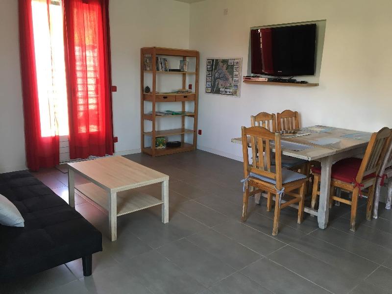 séjour avec table adaptée aux fauteuils et télé avec télétexte