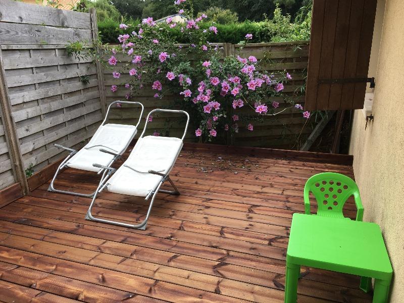 La terrasse  abritée ,en été avec son superbe hibiscus