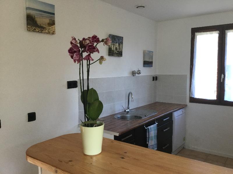 vue de la cuisine à partir du bar de séparation avec la salle de séjour, salle à manger
