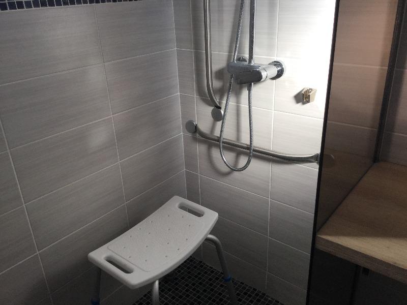 poignées et siège adaptés dans la douche