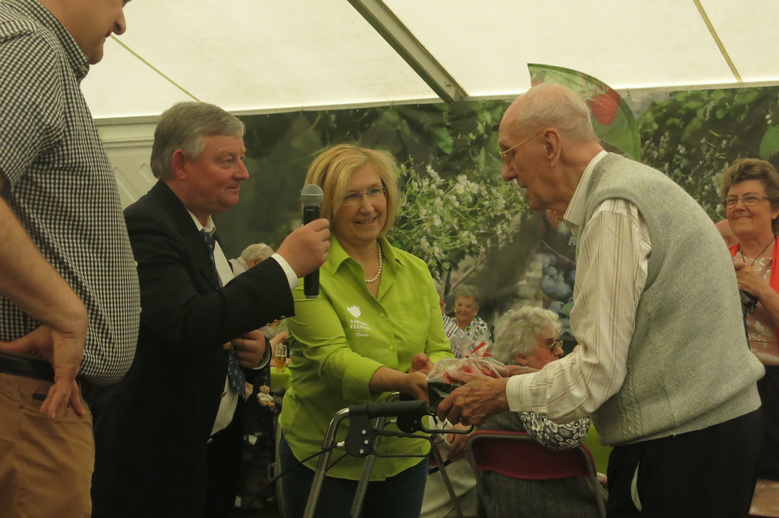 Seniorennamiddag : voorzitter Luc Van Hese huldigt Jozef Van Haerlem, bestuurslid Aardbeifeesten vroege jaren