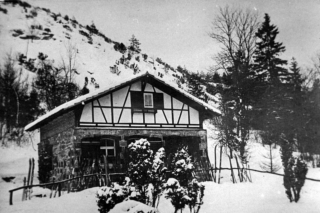 Die Wanderhütte im Leutratal wurde vom Touristen- und Wintersportverein Jena errichtet. Hier im Winter 1924/1925.