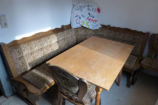 Vereinszimmer mit Sitzecke.