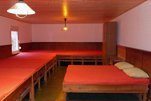 Schlafsaal mit 20 Matratzen.