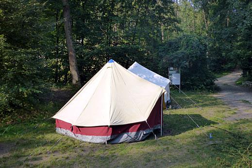 Wiese vorm Haus mit Zelten.