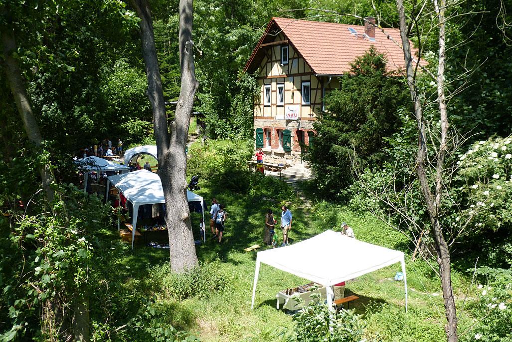 Auf dem Gelände des NaturErlebnisHauses findet jeden Juni ein Hüttenfest statt und die Gruppenunterkunft kann besichtigt werden. Foto: Daniel Werner