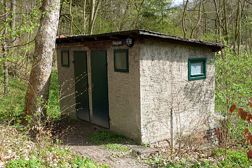 Toilettenhaus mit 4 Trockenklos.