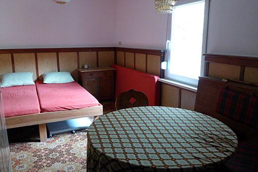Kleiner Schlafraum mit Doppelbett.