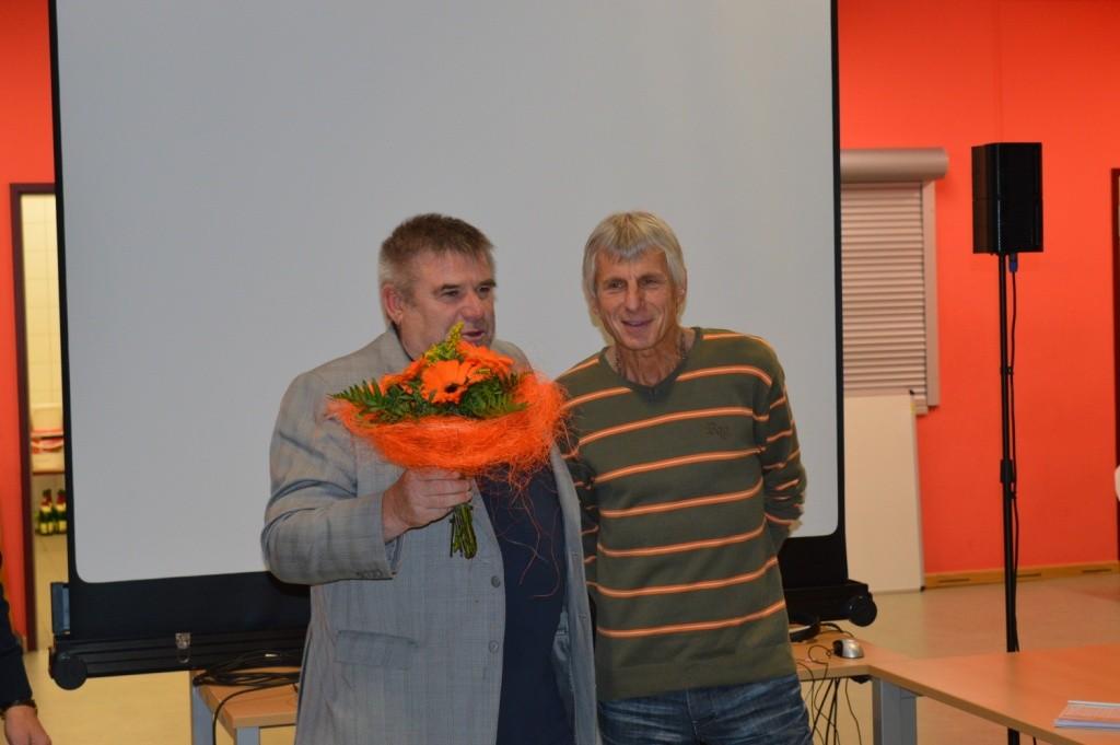 Präsident zeichnet Egbert für seine Leistung beim Frankfurt Marathon aus