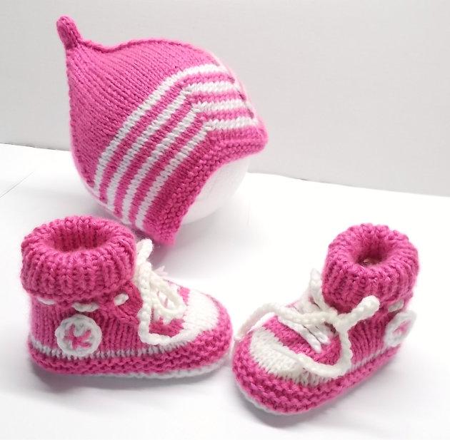 Babysneakers und Babymütze rosa
