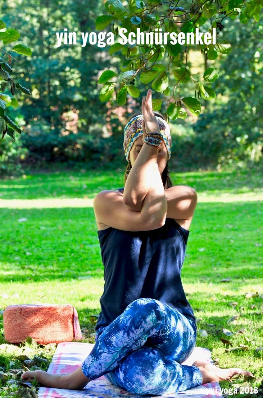 Yin Yoga Position: Schnürsenkel