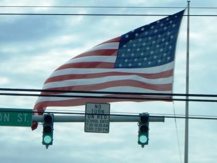 Eine der unzähligen Flaggen, die interessanterweise immer wehen; auch bei völliger Windstille...