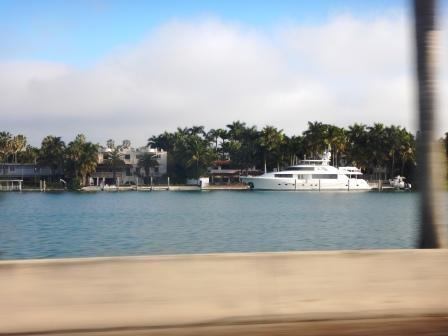 ...und auf die Villen der Reichen und Schönen auf Palm Island