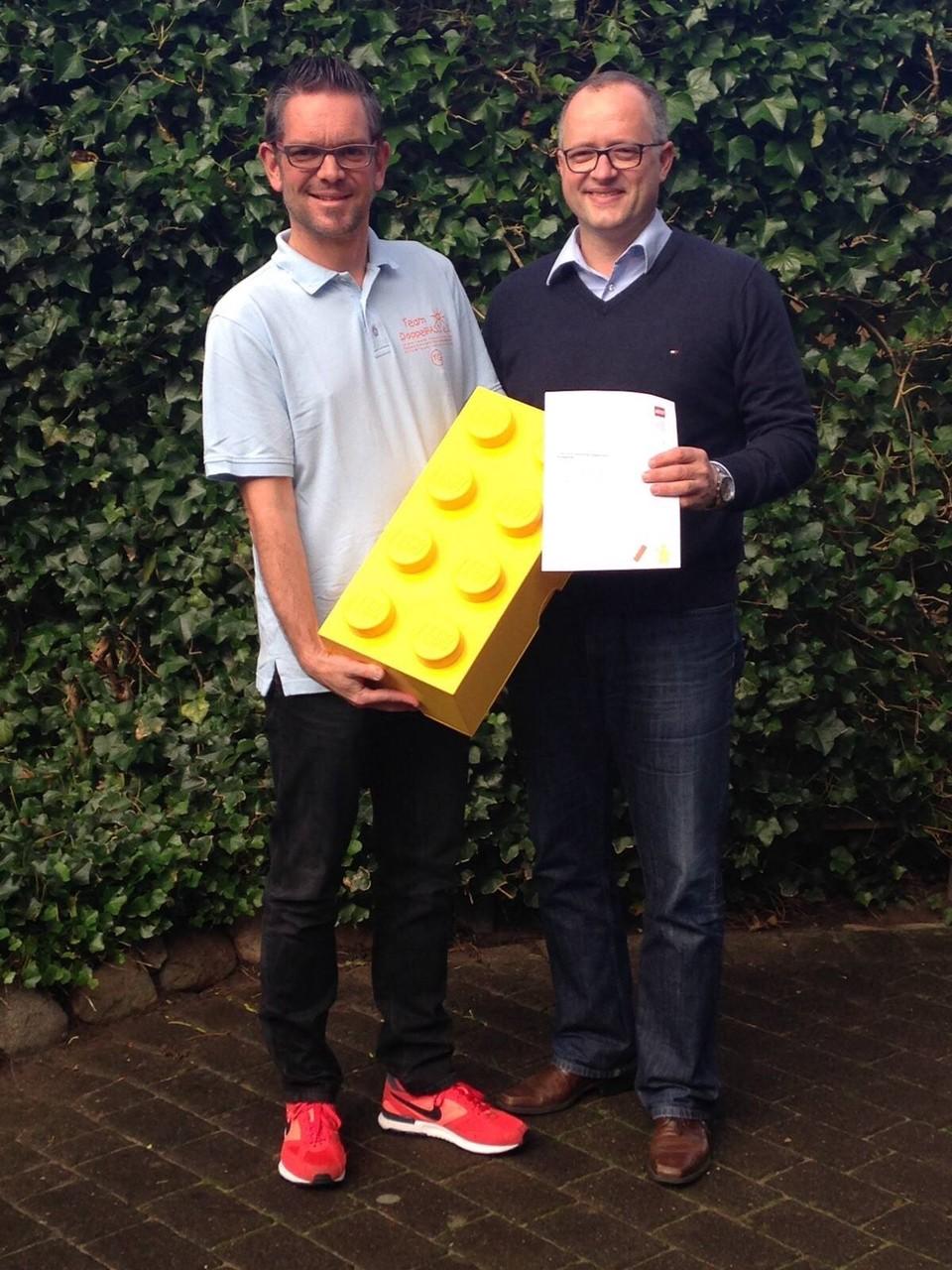 LEGO-Vertriebler Helge Meyer übergab Timo mit besten Grüßen aus München runde 1.000 Euro