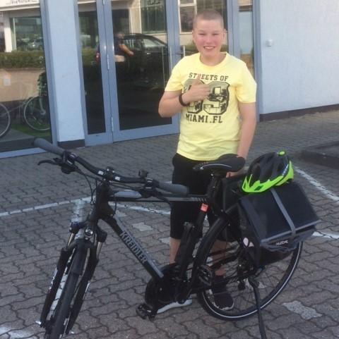 Daumen hoch für das neue Rad - Dustin freut sich auf die ersten Touren