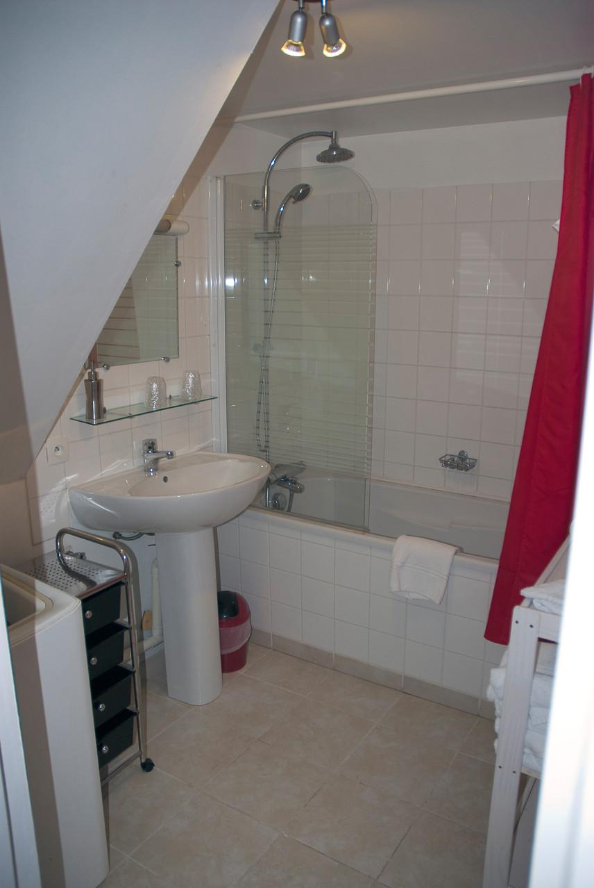 Salle de bains-douche sèche-cheveux , linge de toilettes