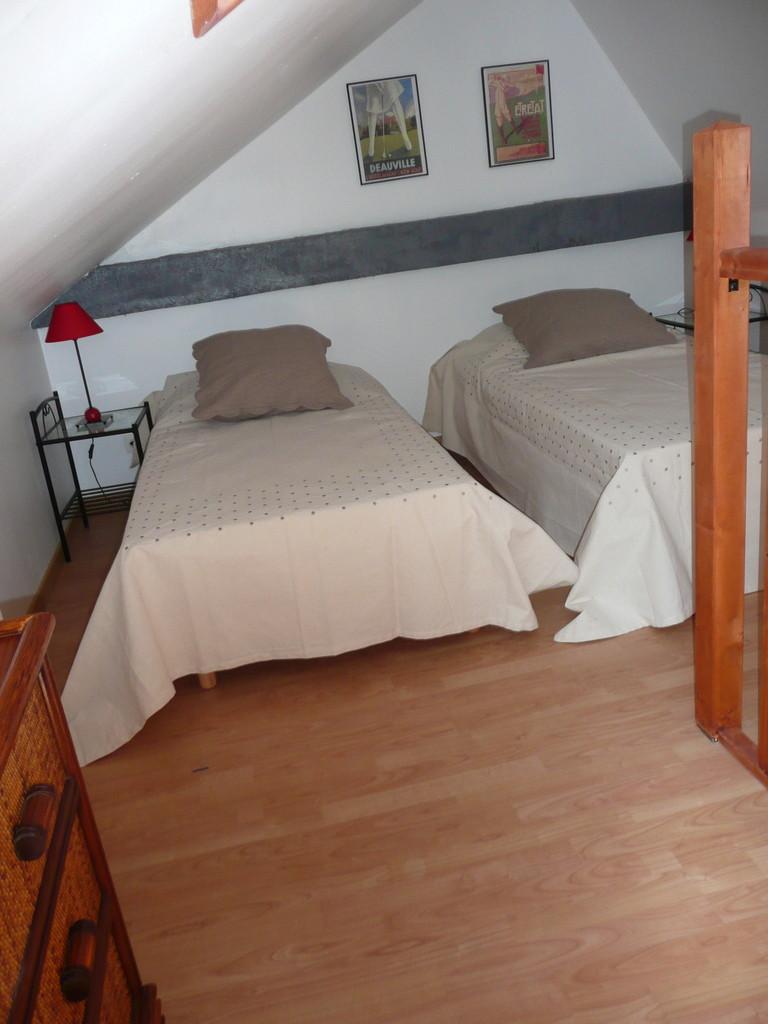 Chambre de la mezzanine avec un petit salon..de lecture 2 lits 90 x 190