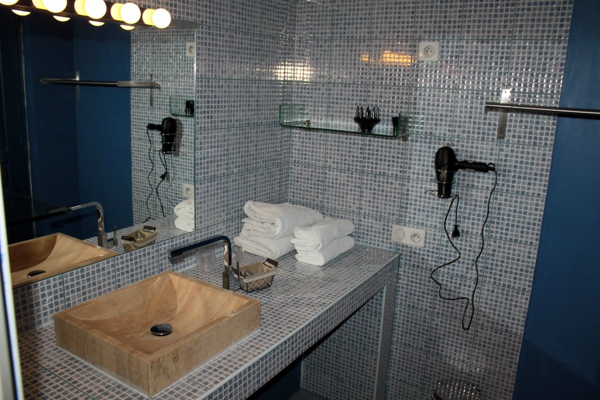 Vasque en pierre , sèche-cheveux