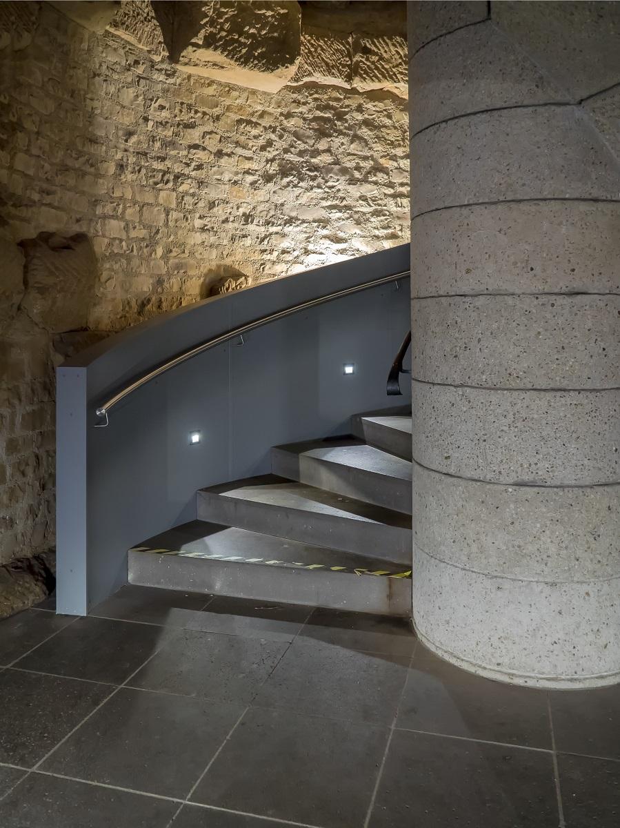 Das Treppenhaus der Porta Nigra. Der Kontrast zwischen moderner Architektur und dem histroischen Bauwerk ist beeindruckend.
