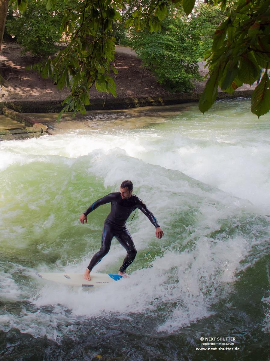 Wellenreiten auf dem Eisbach.
