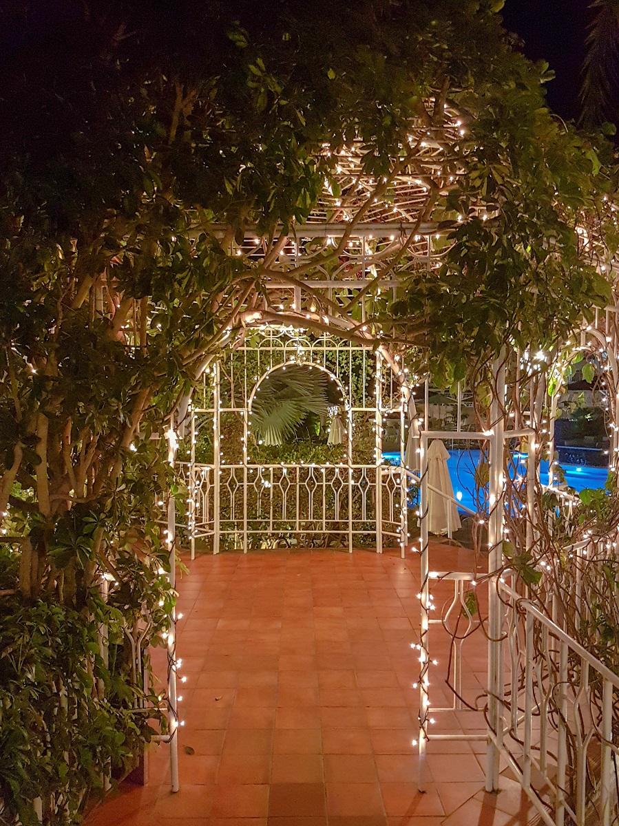 Der Durchgang vom Hotel zum Pool und dem Restaurant am Abend