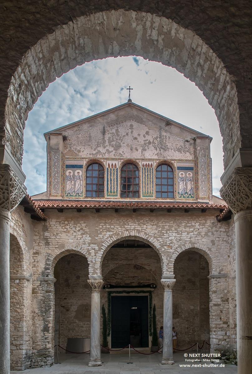 Im Innenhof der Basilika, Fassade des Hauptschiffes