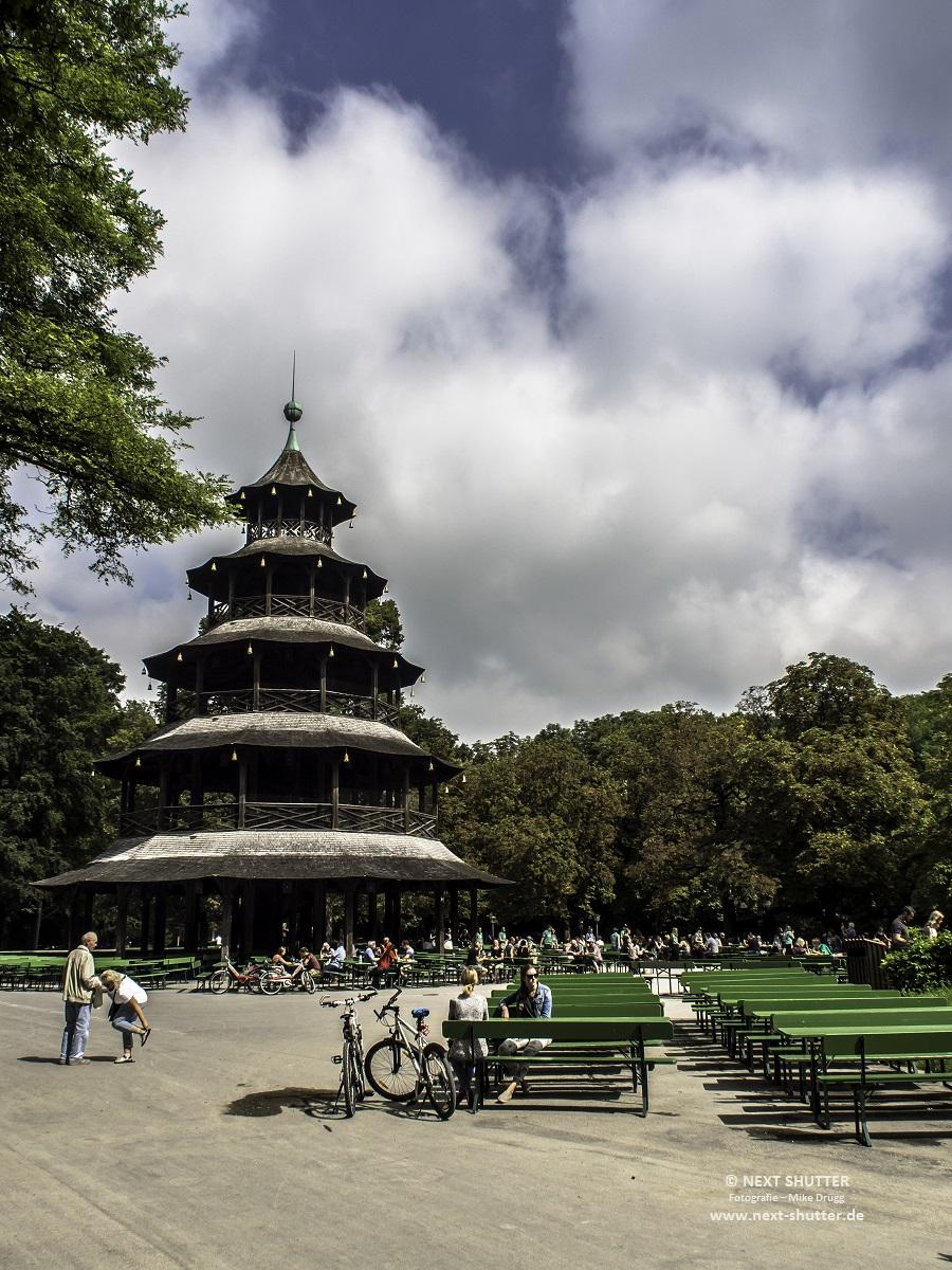 Der Chinsesische Turm mit seinem Biergarten.