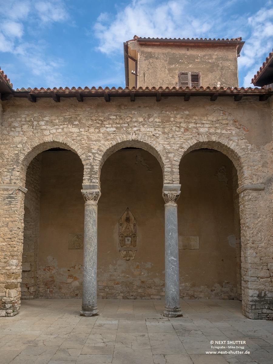 Säulenhalle gegenüber des Hauptschiffes