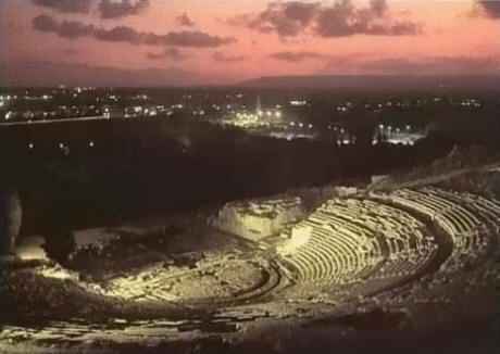 Suggestiva panoramica notturna del celeberrimo TEATRO GRECO, uno fra i più bei gioielli dell'ineguagliabile eredità greco-latina siracusana.