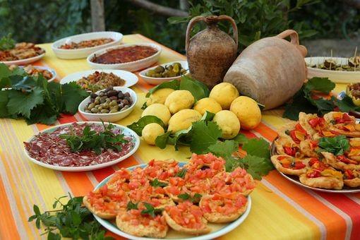 Specialità gastronomiche locali: pasta con le sarde, caponata, parmigiana di melanzane, salumi e formaggi di produzione locale, olive e pomodori secchi, peperoni arrostiti.