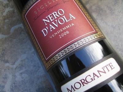 Vino DOC, Nero D'Avola, grande vino rosso realizzato dall'omonimo vitigno e prodotto d'eccellenza apprezzato dal mercato locale ed internazionale.