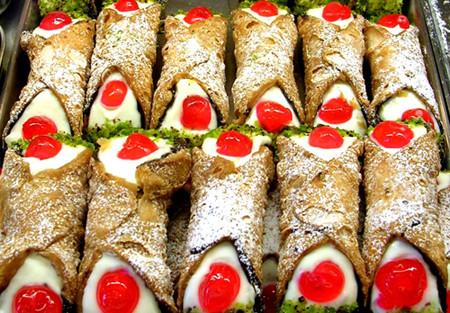 Cannoli alla ricotta, fatti secondo la tradizionale ricetta siciliana. Si compongono di una cialda di pasta fritta ed un ripieno a base di ricotta con, a piacimento, gocce di cioccolato o granella di nocciole o di pistacchio.
