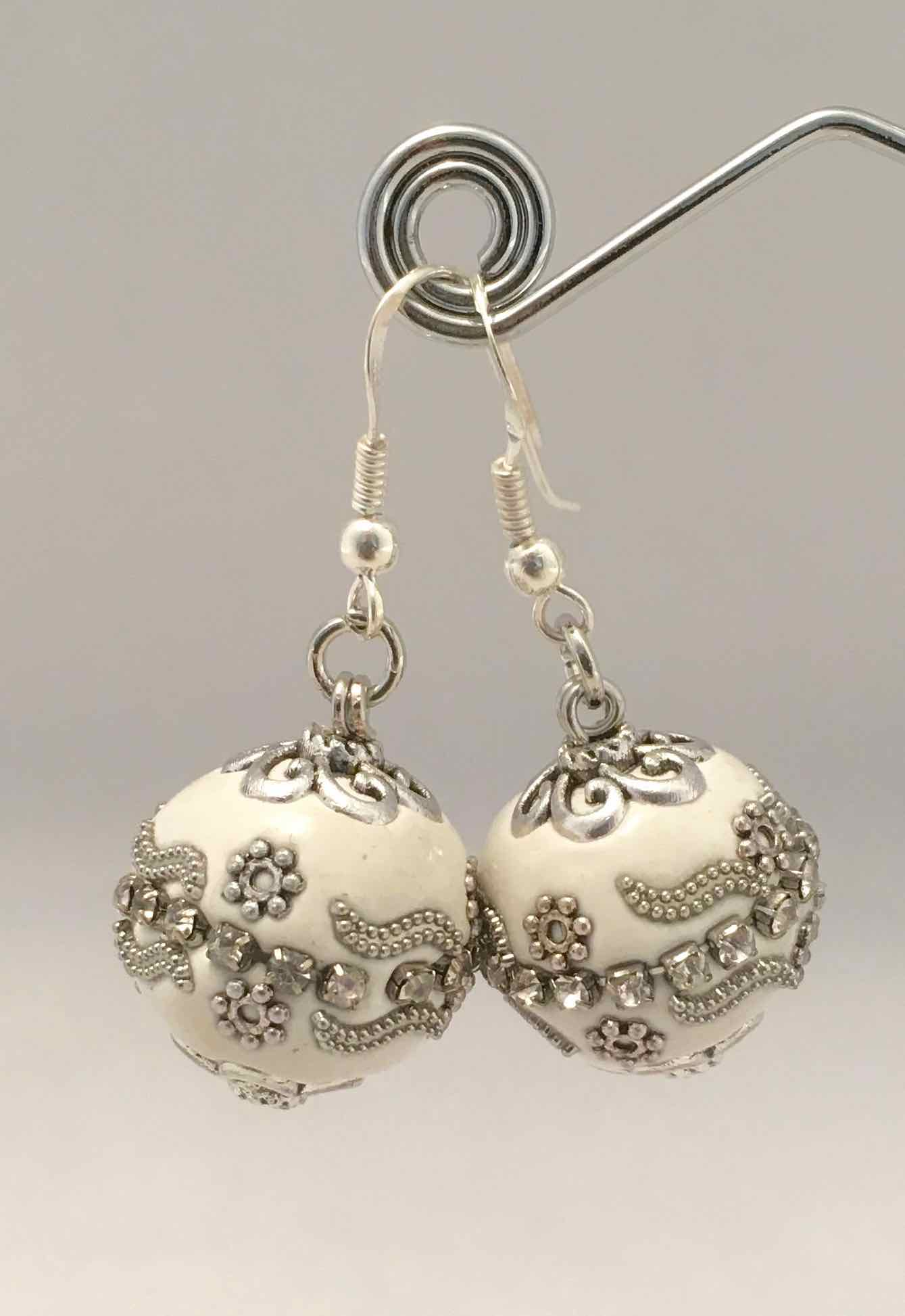 Chagoë, Boucles d'oreilles  Philosophique ,  Collection BLANC  2017