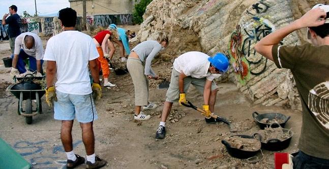 La réhabilitation du Turo de la Rovira a été lancée grâce à la très forte implication des habitants et volontaires venus du quartier et d'ailleurs en Europe.
