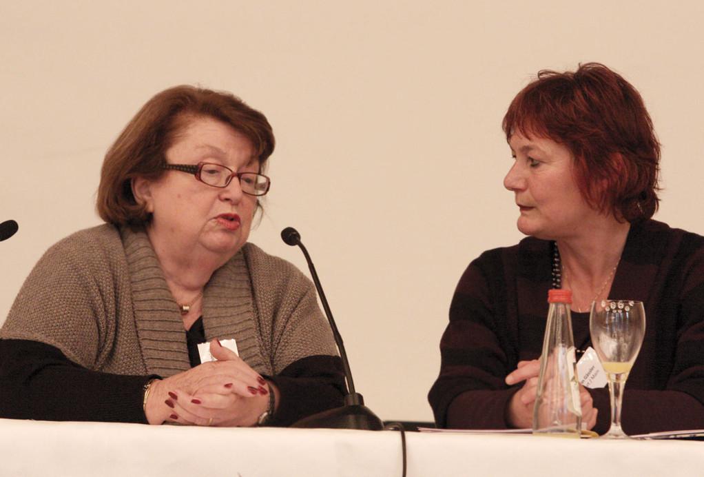 Aviva Goldschmidt (l.) im Podiumsgespräch mit Psychoanalytikerin Dr. Karin Gessler.