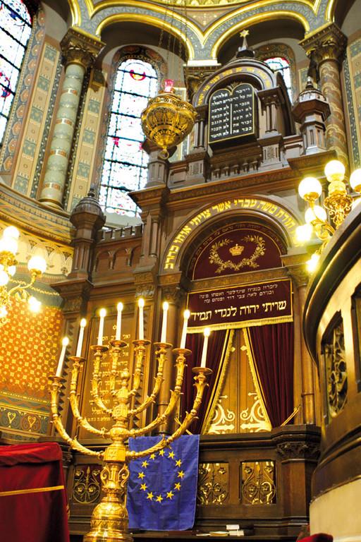 Prachtvoll ist das Innere der Synagoge mit dem vergoldeten Leuchter, der das ganze Jahr im G'tteshaus leuchtet.